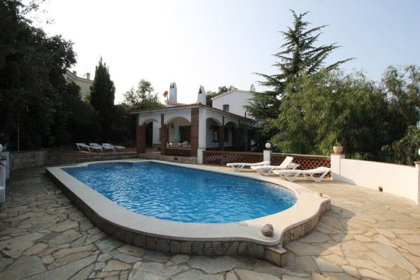 2O - EN - (Persons: 6, Pool, TV/SAT, Heater, Pets allowed)